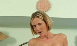 MILF Desirae Spencer spreading and dildo fucked